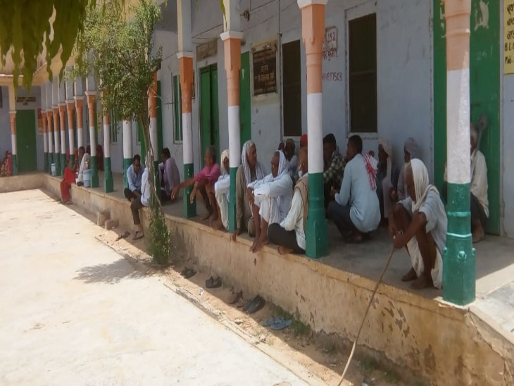 टीका लगवाने के लिए इंतजार करते लोग। - Dainik Bhaskar