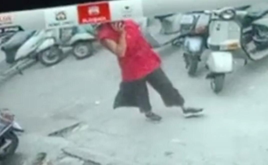 CCTV कैमरे में युवती का चेहरा नजर नहीं आ रहा।