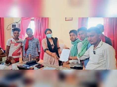 बीडीओ को आवेदन देते किसान व छात्र राजद नेता अरुण कुमार। - Dainik Bhaskar