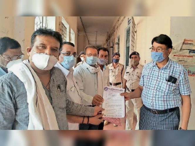 छतरपुर| जिला शिक्षा अधिकारी को आवेदन सौंपते चौरसिया समाज के लोग। - Dainik Bhaskar