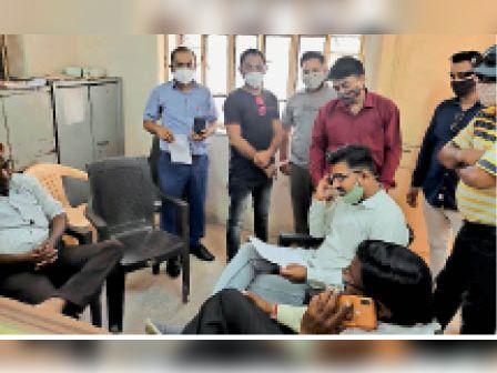 शहर में बिजली कटौती को लेकर लोग परेशान, सहायक अभियंता को सौंपा ज्ञापन बांसवाड़ा,Banswara - Dainik Bhaskar