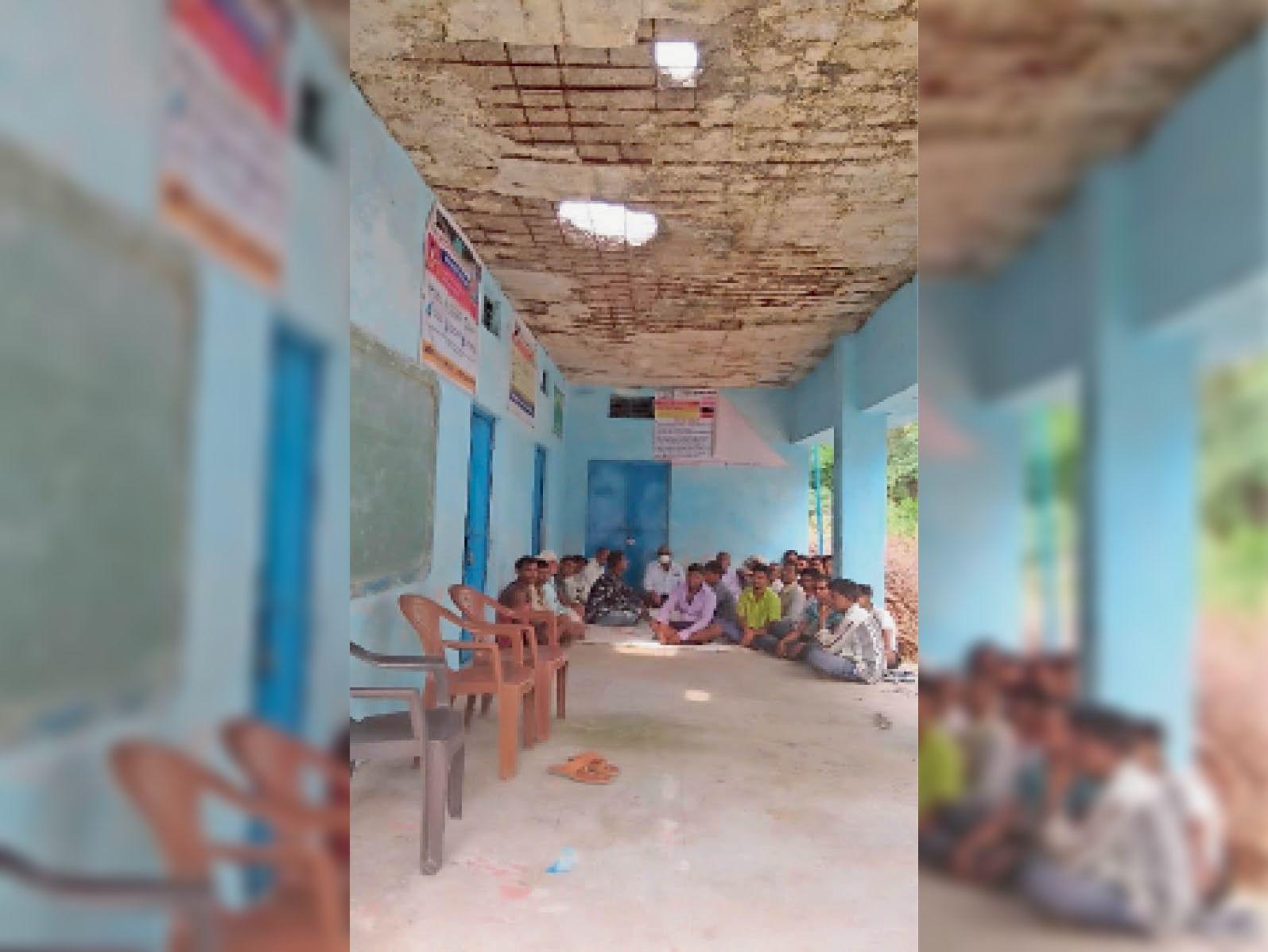 स्कूल की छत के सरिए निकले, दो छेद भी गिरने के डर से लोग बच्चों को नहीं भेजते पढ़ने बांसवाड़ा,Banswara - Dainik Bhaskar