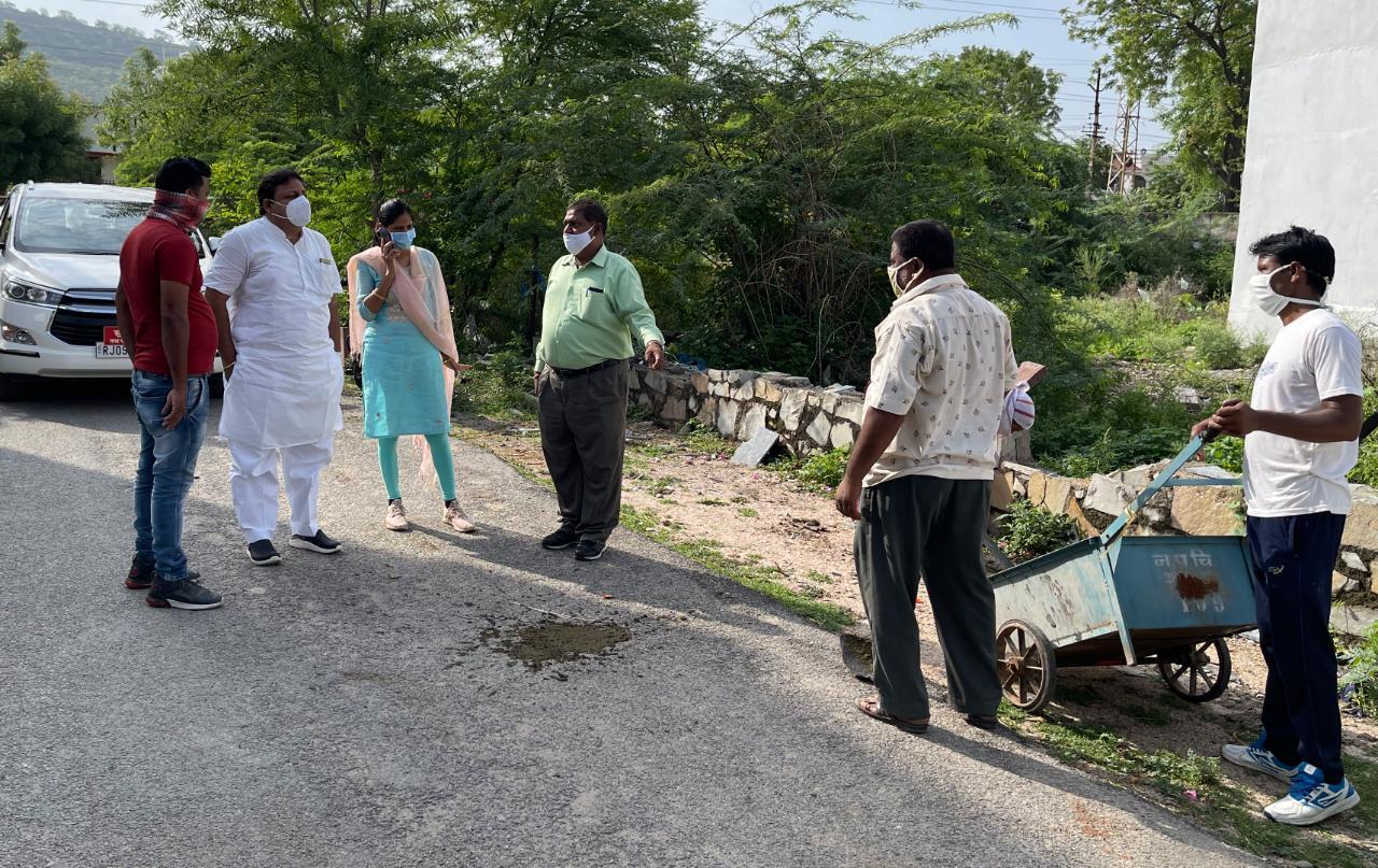 सफाई व्यवस्था का जायजा लेते हुए। - Dainik Bhaskar
