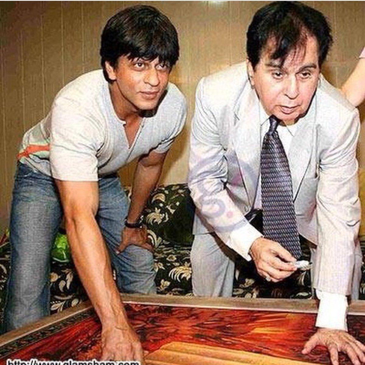 दिलीप कुमार के पोस्टर पर ऑटोग्राफ लेते शाहरुख खान