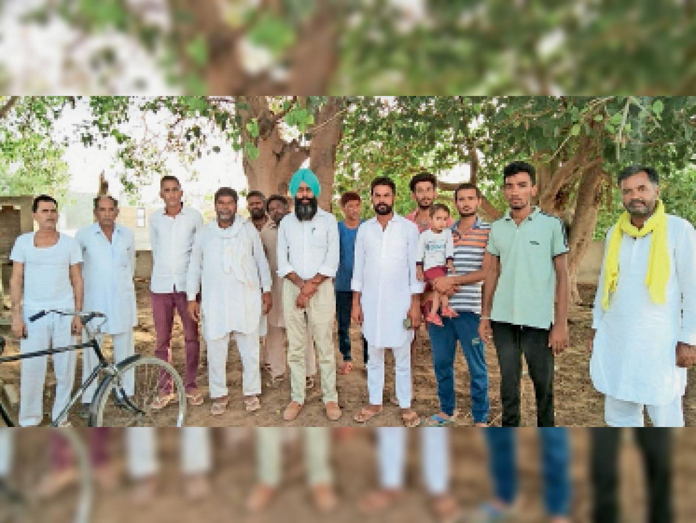 कलेक्ट्रेट पर घेराव के लिए भादू वाली ढाणी में जनसंपर्क करते किसान संगठनों के प्रतिनिधि। - Dainik Bhaskar