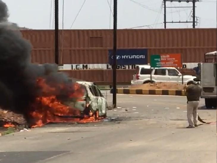 सिरोल रोड पर जलती कार, 7 मिनट में पूरी कार में फैली आग। - Dainik Bhaskar