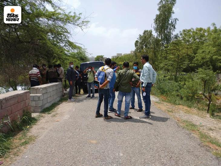 मुठभेड़ स्थल पर STF और पुलिस जांच करते हुए।