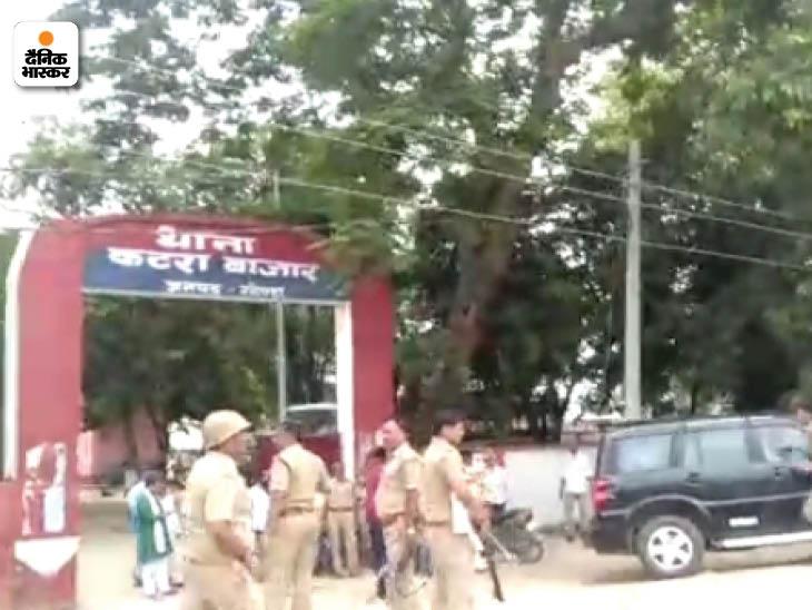 सपा के पूर्व विधायक जान बचाने के लिए थाने भागकर पहुंचे तो भीड़ ने थाने का भी घेराव कर लिया। बमुश्किल पुलिस ने भीड़ को तितर-बितर किया।