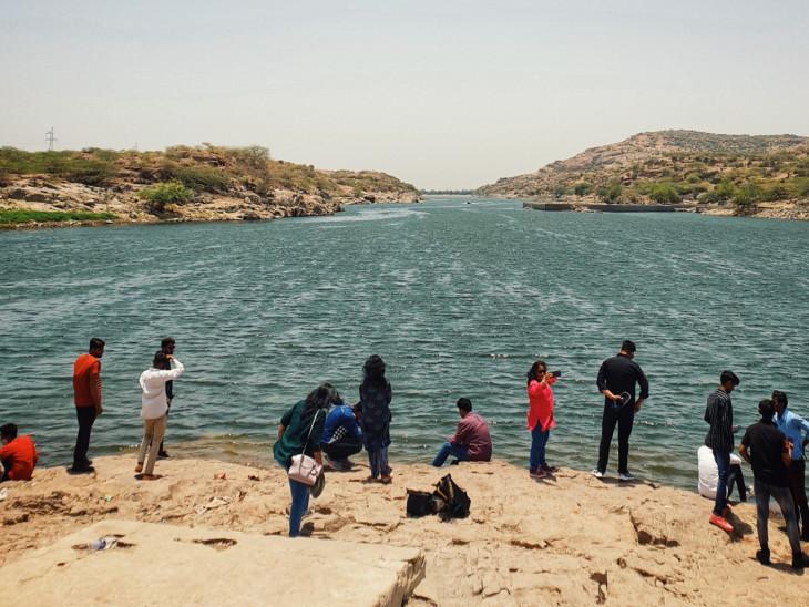 कायलाना झील पर पहुंचे लोग। - Dainik Bhaskar