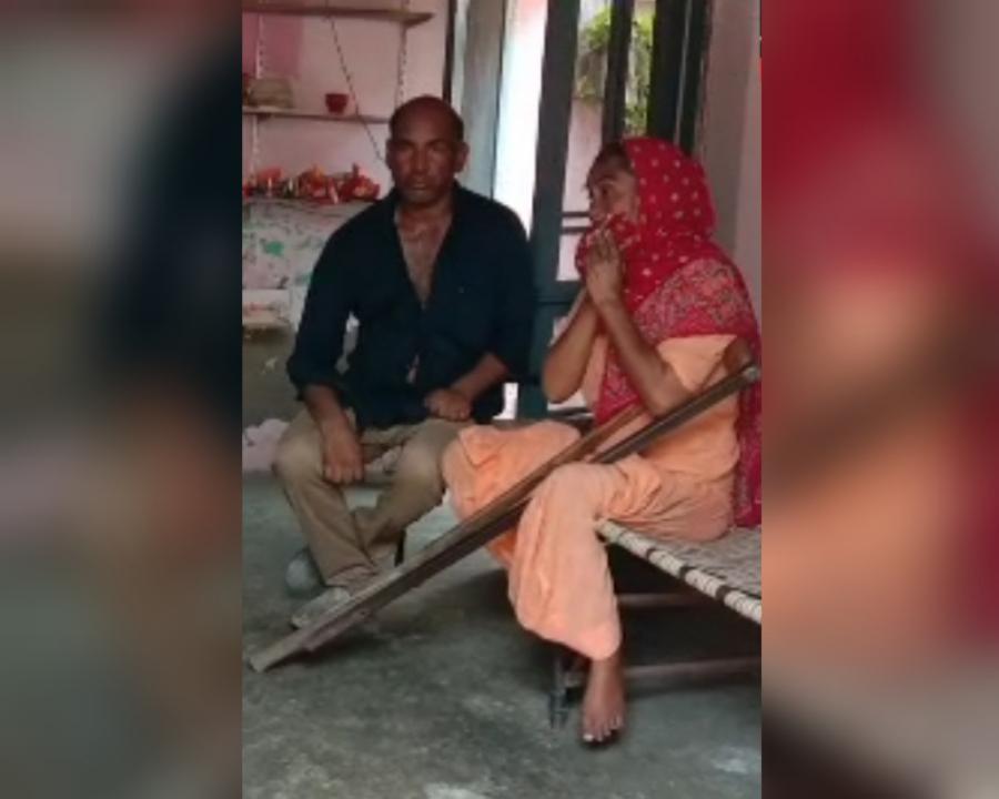बिना बिजली के घर में परेशान बैठे बुजुर्ग दंपती।