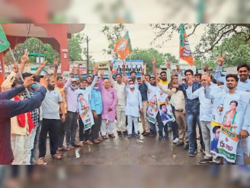 सिंधिया के मंत्री बनने के बाद शहर में जश्न मनाते भाजपा कार्यकर्ता। - Dainik Bhaskar