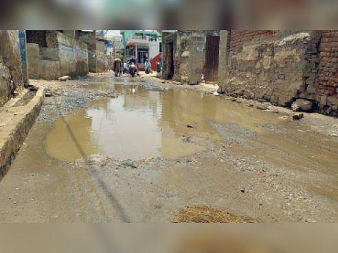 सुल्ताना. मोदी मार्केट के पास मैन रास्ते में भरा पानी। - Dainik Bhaskar
