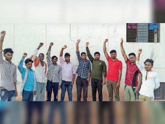 बाघोली. युवक के हत्यारों को कड़ी सजा दिलाने के लिए गुड़ा में प्रदर्शन करते कार्यकर्ता। - Dainik Bhaskar