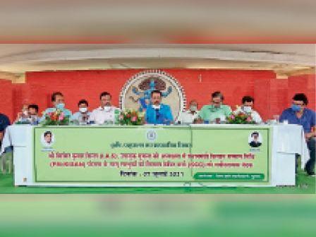 बैठक में उपस्थित जिला के पदाधिकारी। - Dainik Bhaskar