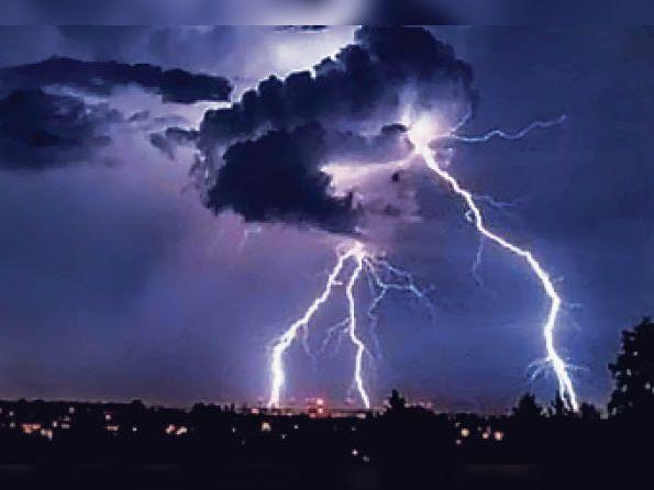आसमानी बिजली का दृश्य(फाइल फोटो) - Dainik Bhaskar