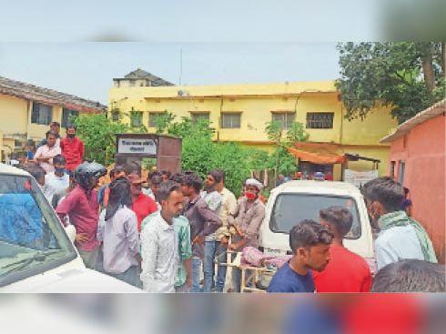 सदर अस्पताल पहुंचे लड़की व लड़का परिवार के लोग। - Dainik Bhaskar