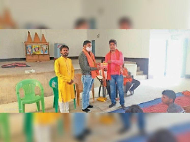 बीडीओ को अंग-वस्त्र और हनुमान चालीसा भेंट करते पदाधिकारी। - Dainik Bhaskar