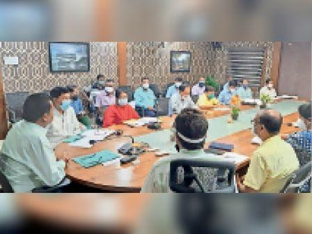 बैठक में अधिकारियों को दिशा-निर्देश देते उपायुक्त। - Dainik Bhaskar