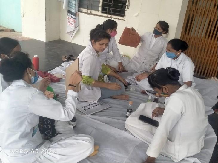 अपनी मांगों को लेकर हड़ताल पर बैठीं नर्सें, जिस कारण अस्पताल में व्यवस्थाएं बिगड़ती जा रही हैं