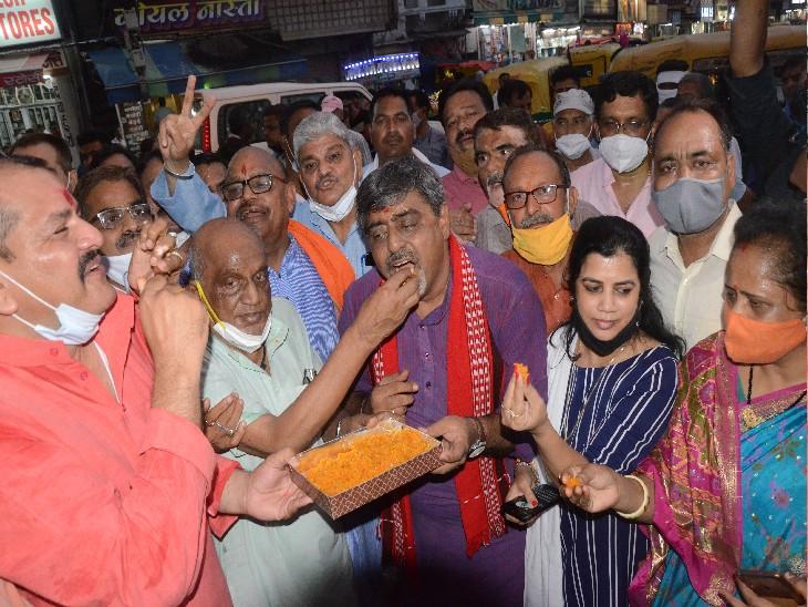 सिंधिया के मोदी सरकार में शामिल होने पर शहर में मनाई गईं खुशियां, बांटी गई मिठाइयां - Dainik Bhaskar