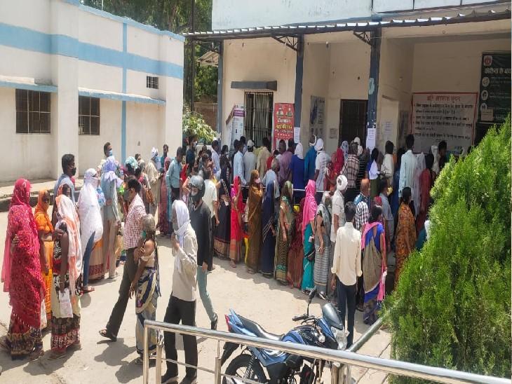 टीका लगवाने सुबह से ही लगी सेंटरों पर भीड़, एक घंटे धूप में खड़े होने के बाद लग सकी राहत की दूसरी डोज|ग्वालियर,Gwalior - Dainik Bhaskar