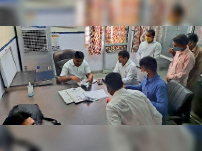 करौली| सील दफ्तर खुलने के बाद रिकॉर्ड आदि की एसीबी टीम ने की जांच-पड़ताल। - Dainik Bhaskar