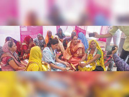 कलेक्ट्रेट के बाहर विरोध प्रदर्शन करती महिलाएं और चूल्हे पर रोटी बनाती हुई। - Dainik Bhaskar