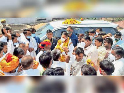 लांगरा -बाटदा में विधायक रमेश चंद्र मीना का स्वागत करते लोग। - Dainik Bhaskar