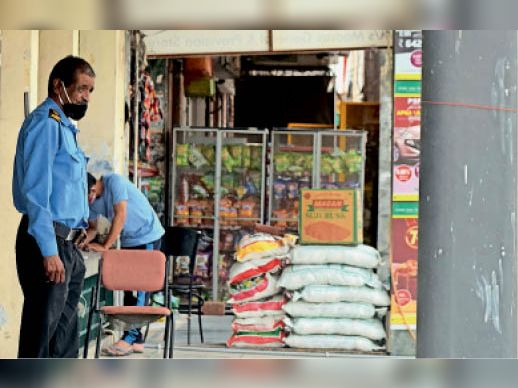 सेक्टर-16 शोरुम मार्केट में बरामदे में सजा सामान। - Dainik Bhaskar