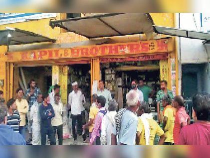 चौथ का बरवाड़ा | मुख्य बाजार में दुकान से चोरी की वारदात के बाद लगी लोगों की भीड़। - Dainik Bhaskar