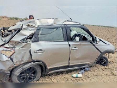 चौथ का बरवाड़ा | चोरू मार्ग पर अनियंत्रित होकर पलटी कार। - Dainik Bhaskar