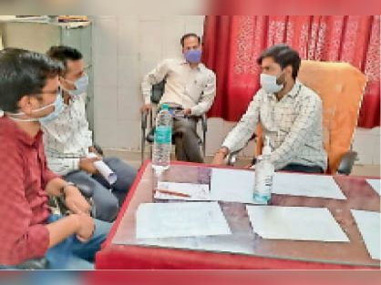 बालेर  पीएचसी में चिकित्साधकारी-चिकित्सक से चर्चा करते ब्लॉक मुख्य चिकित्साधिकारी। - Dainik Bhaskar