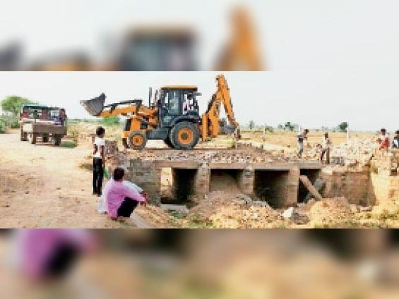 जस्टाना   निर्माणाधीन पुलिया, जिसके निर्माण को लेकर ग्रामीणों ने आपत्ति जताई है। - Dainik Bhaskar