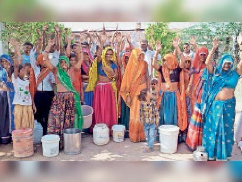 खंडार| कस्बे के गणगौरी मौहल्ले में पेयजल के लिए प्रदर्शन करती महिलाएं। - Dainik Bhaskar