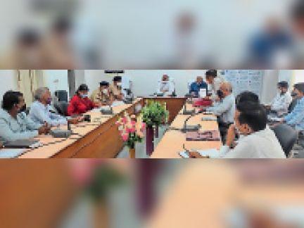 सवाई माधोपुर  बैठक में अधिकारियों को निर्देश देते कलेक्टर। - Dainik Bhaskar