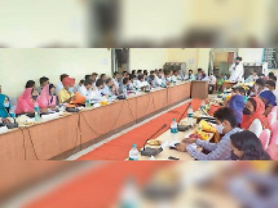 टोंकl जिला परिषद की बैठक में उपस्थित जनप्रतिनिधि और अधिकारीl - Dainik Bhaskar