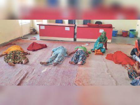 टोडारायसिंह   सीएचसी में नसबंदी शिविर में महिलाओं को निश्चेतन अवस्था में फर्श पर लेटाया। - Dainik Bhaskar