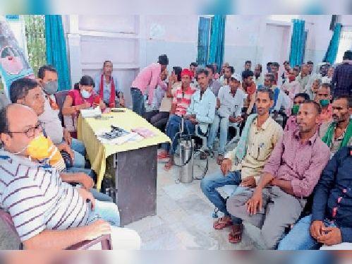 सीएचसी में आयोजित प्रशिक्षण शिविर में मौजूद प्रशिक्षक और प्रशिक्षु। - Dainik Bhaskar