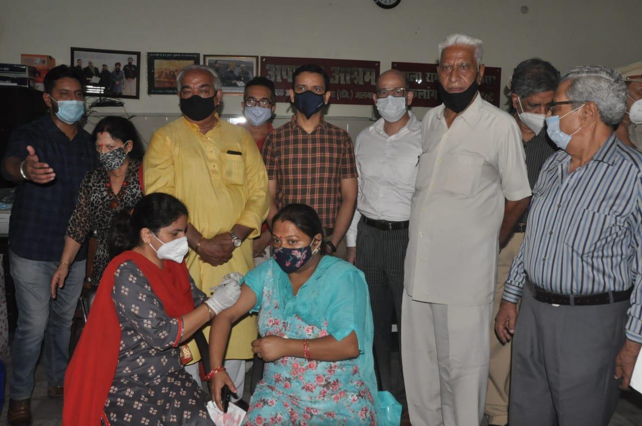 अपाहिज आश्रम में वैक्सीनेशन कैंप के दौरान मौजूद DC घनश्याम थोरी। - Dainik Bhaskar
