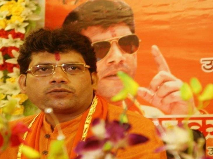 वाराणसी में CM और PM का विवादित पोस्टर लगाने वाला बोला- पुलिस रात डेढ़ बजे घर आकर बेटी का मोबाइल ले गई; 3 थानों की पुलिस पकड़ नहीं पाई|वाराणसी,Varanasi - Dainik Bhaskar