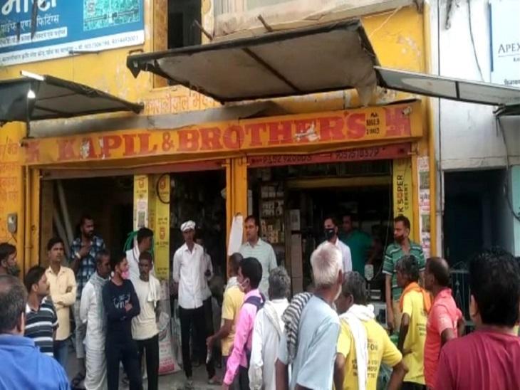चोरी के बाद दुकान के बाहर जमा भीड़। - Dainik Bhaskar