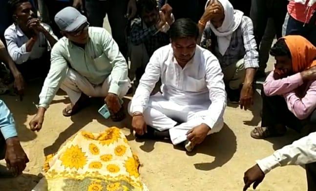 मुरैना में पत्थरों से भरे तेज रफ्तार ट्रैक्टर-ट्रॉली ने सड़क किनारे खड़े दंपती को मारी टक्कर, महिला की मौत; लोगों ने लगाया जाम|मुरैना,Morena - Dainik Bhaskar