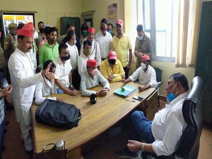 सपा नेता और कार्यकर्ता अपर मुख्य चिकित्साधिकारी का घेराव करते हुए। - Dainik Bhaskar