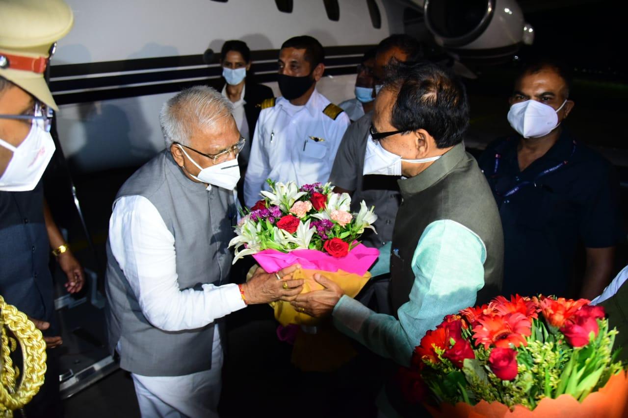 भोपाल स्टेट हैंगर पर मध्य प्रदेश नवनियुक्त राज्यपाल मंगूभाई पटेल का मुख्यमंत्री शिवराज सिंह चौहान ने स्वागत किया।