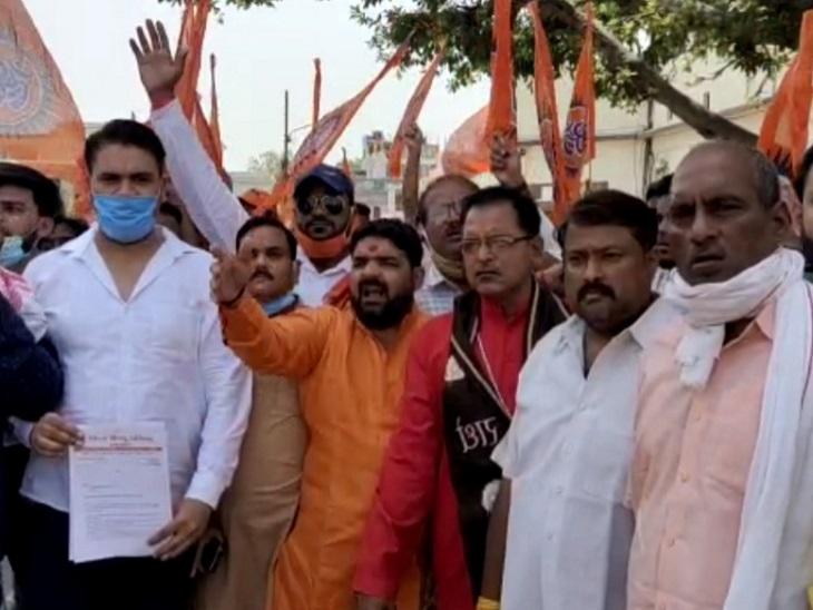 कहा- धर्म का धंधा करने वालों का खुलासा करें, नहीं तो कलेक्ट्री पर होगा कब्जा|आगरा,Agra - Dainik Bhaskar