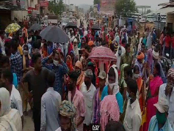 किसान सुबह 6 बजे से खाद दुकान में पहुंचे थे। लेकिन घंटों इंतजार के बाद भी किसानों को खाद नहीं मिली तो हंगामा कर दिया। - Dainik Bhaskar
