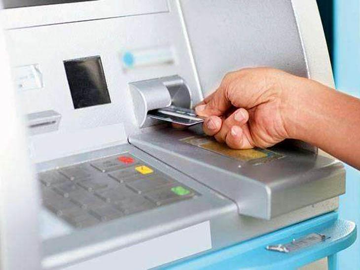रेवाड़ी में ATM कार्ड बदलकर खाते से पैसे निकालने का मामला सामने आया है। -सिंबॉलिक इमेज - Dainik Bhaskar