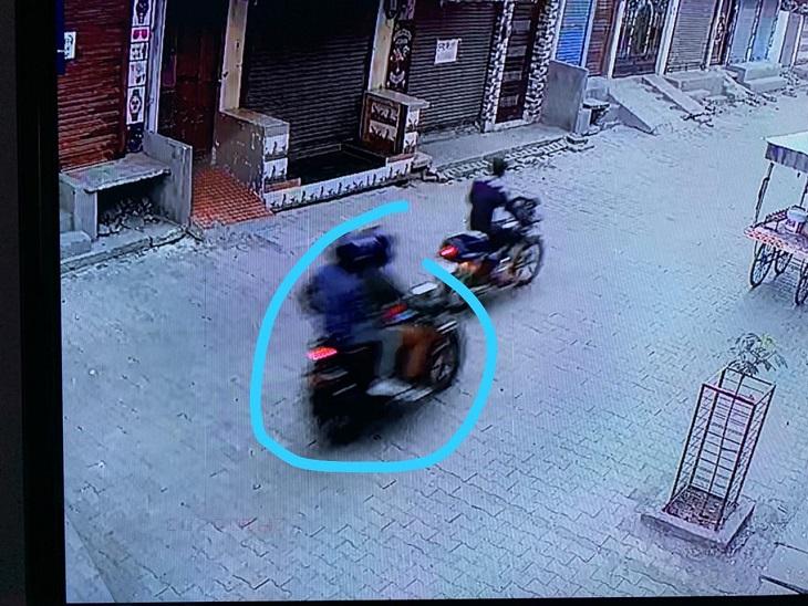 चेन लूट के बाद भागते हुए CCTV में कैद हुए बाइक सवार बदमाश।