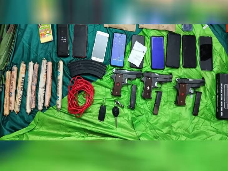 आरोपियों से बड़ी मात्रा में हथियार बरामद किए गए।