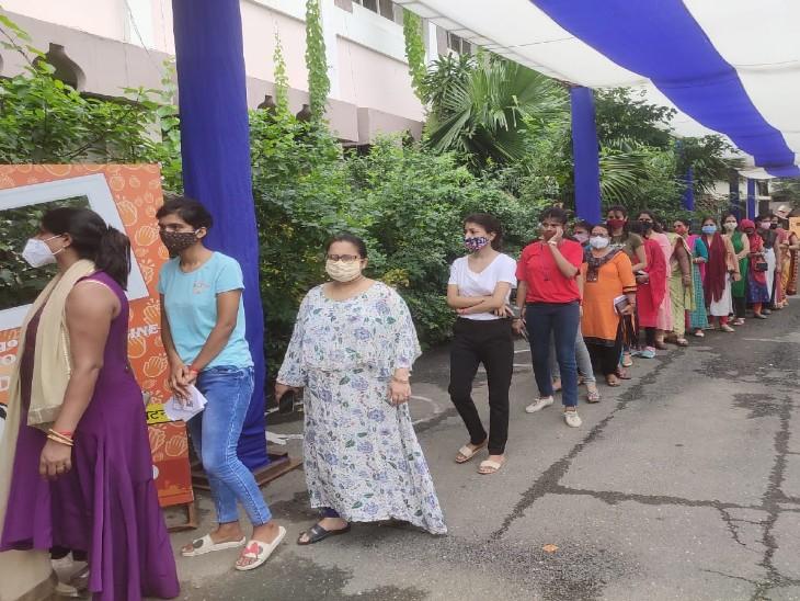 पहले कोरोना के लक्षण थे, इसलिए लोगों ने नहीं ली वैक्सीन, अब वैक्सीन की कमी होने लगी तो बढ़ी भीड़|पटना,Patna - Dainik Bhaskar